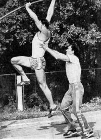 На тренировке В. Карапетов вместе со своим учеником Ю. Куценко