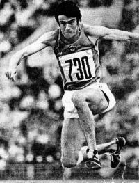 Трижды устанавливал мировые рекорды в тройном прыжке Виктор Санеев
