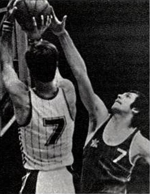 Баскетбопист Виктор Кузьмин (в темной форме)