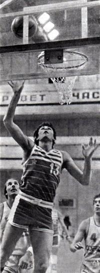 Игорь Миглиниекс у баскетбольного кольца