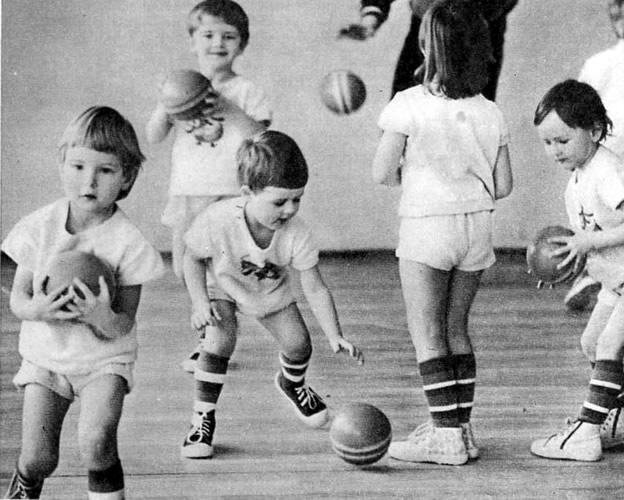Учимся отбивать мяч от пола