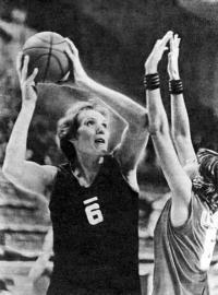 Ульяна Семенова на баскетбольной площадке