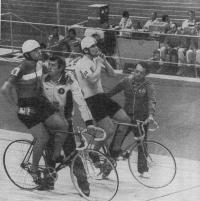На старте (справа налево) Л. Хесслих (ГДР) и Я. Каар (Франция)