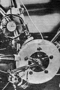 Рис. 2. Тензовелодинамометр и устройство для определения положения шатуна на окружности