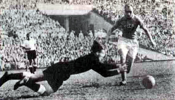 21 августа 1955 года. Ворота чемпионов мира атакует Николай Паршин
