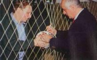 Давид Кипиани ставит автограф на мяче