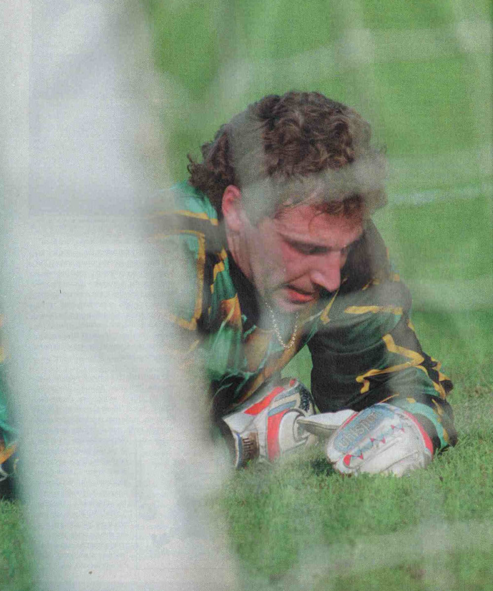 Дмитрий Харин лежит у ворот