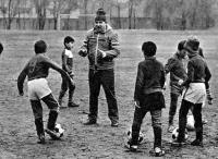 Эдуард Коробов на тренировке с юными футболистами