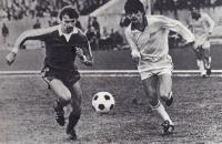 Футболисты «Зенита» и «Торпедо». Дмитрий Баранник (в белой форме) и Владимир Пивцов