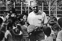 Гиви Чохели с юными футболистами