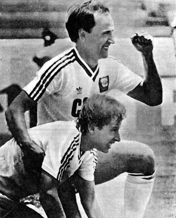 Игорь Беланов и Анатолий Демьяненко после гола в ворота сборной Венгрии
