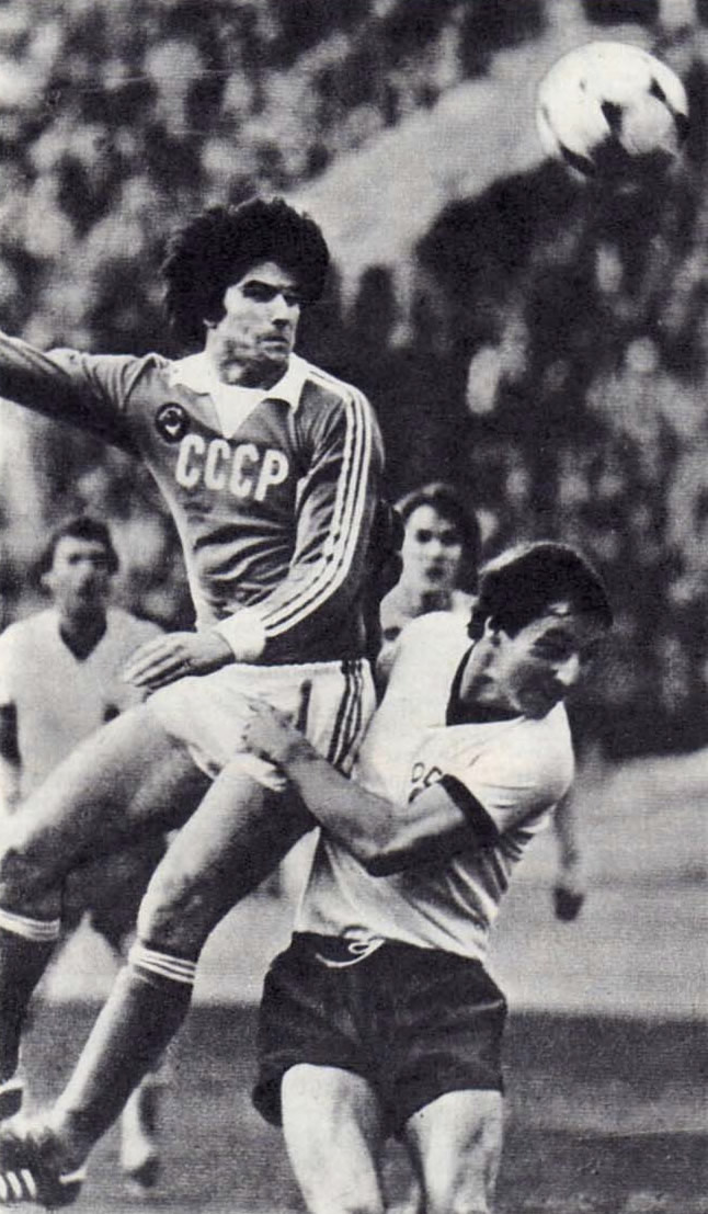 Иванаускас (в белой форме) атакует ворота юношеской команды Ирландии