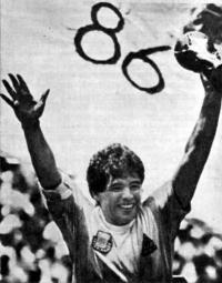 Капитан сборной аргентины Диего Марадона с Кубком мира