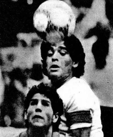 Марадона принимает мяч на голову