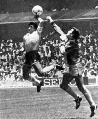 Марадона забивает гол рукой