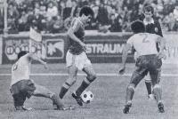 Олег Таран умеет так искусно вести мяч, что тот почти не отрывается от ноги
