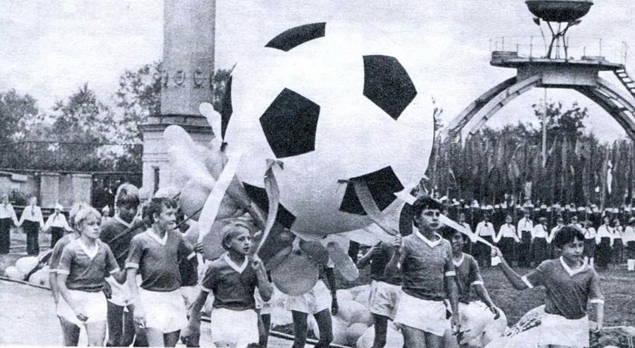 Открытие турнира в Свердловске на приз футбольного клуба «Кожаный мяч»