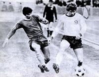 Сергей Боровский умело укрывает мяч ногой от соперника