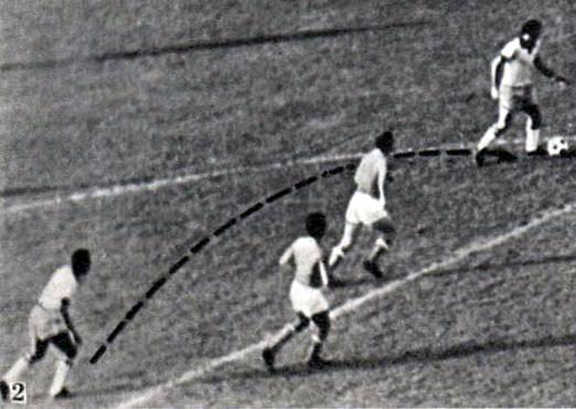 Снимок 2. Пеле отдал мяч направо
