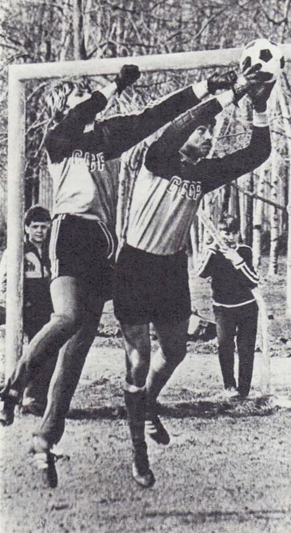 Снимок 3. Вратари тренируются в Лужниках