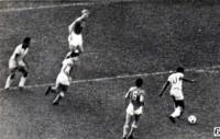 Снимок 6. Пеле с мячом приближался к штрафной нашей команды