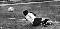 Снимок 7. Мяч пролетел вне пределов досягаемости голкипера