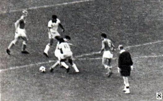 Снимок 8. Пеле проскочил между двумя соперниками