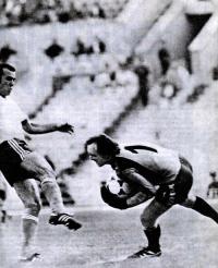Вратарь Виктор Чанов снимает мяч с ноги Рамаза Шенгелия