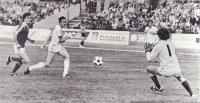 Защитник юношеской сборной СССР Гела Кеташвили ведет борьбу со сверстником из команды ГДР