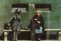 Жительница Ливерпуля у памятника Элеанор Ригби, героине знаменитой битловской песни