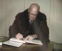 Жоао Авеланж подписывает документы