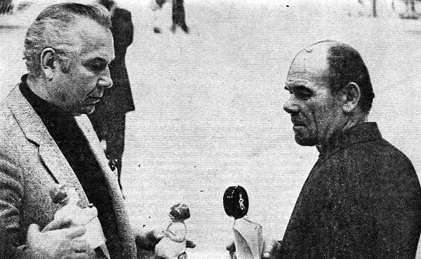 Борис Федосов (слева) вручает Снеговика Борису Харламову