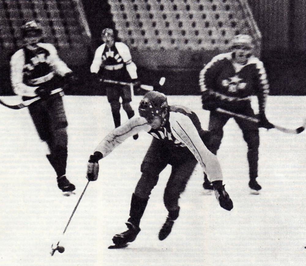 Хоккеисты красногорского «Зоркого» развивают атаку на ворота соперников