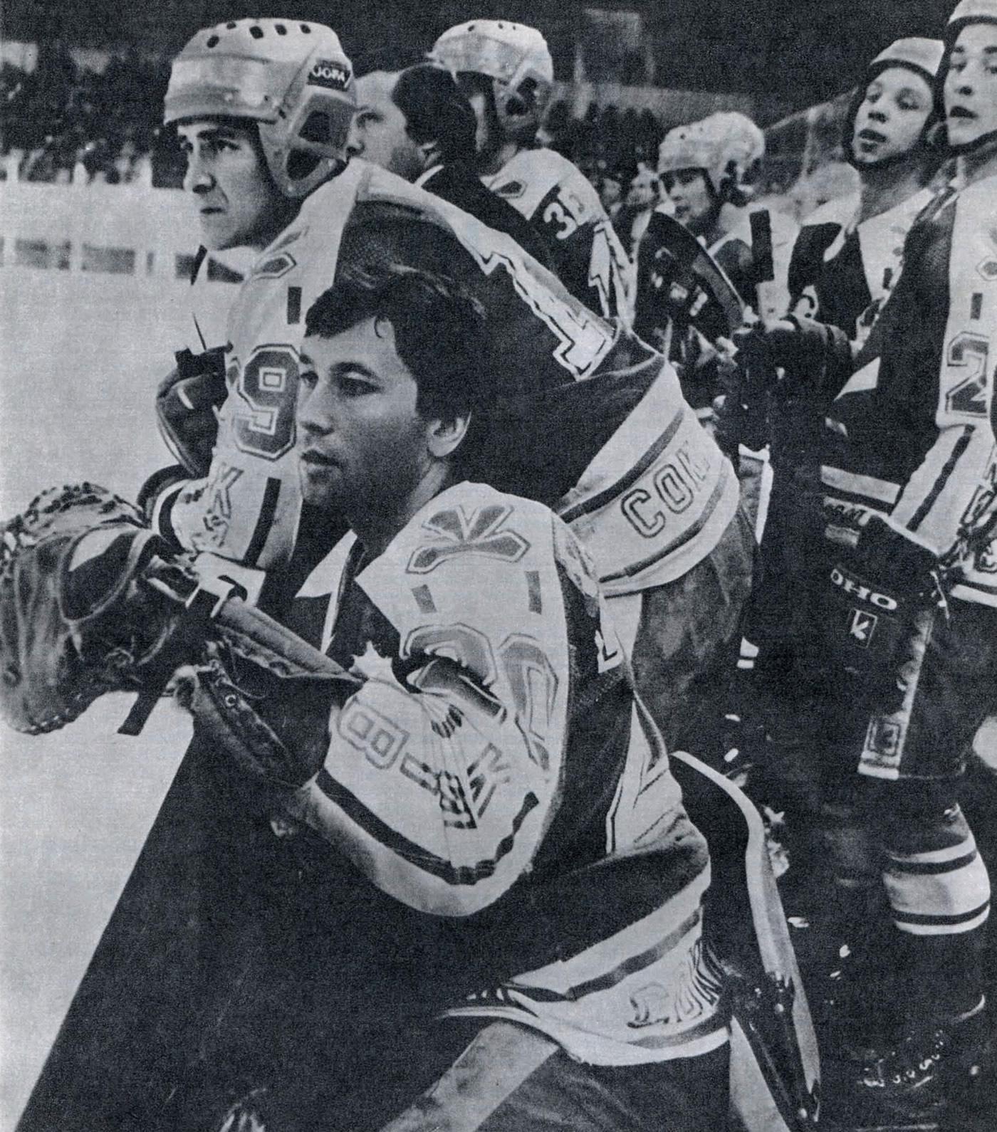 Хоккеисты «Сокола» внимательно следят за игрой своих товарищей