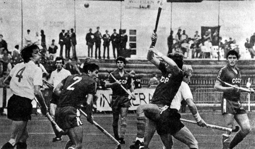 Играют хоккеисты сборных СССР и Англии