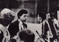 Киевский тренер Анатолий Богданов с хоккеистами «Сокола»