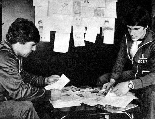 Многочисленная почта хоккеистов ЦСКА. Владимир Крутов (слева) и Сергей Макаров