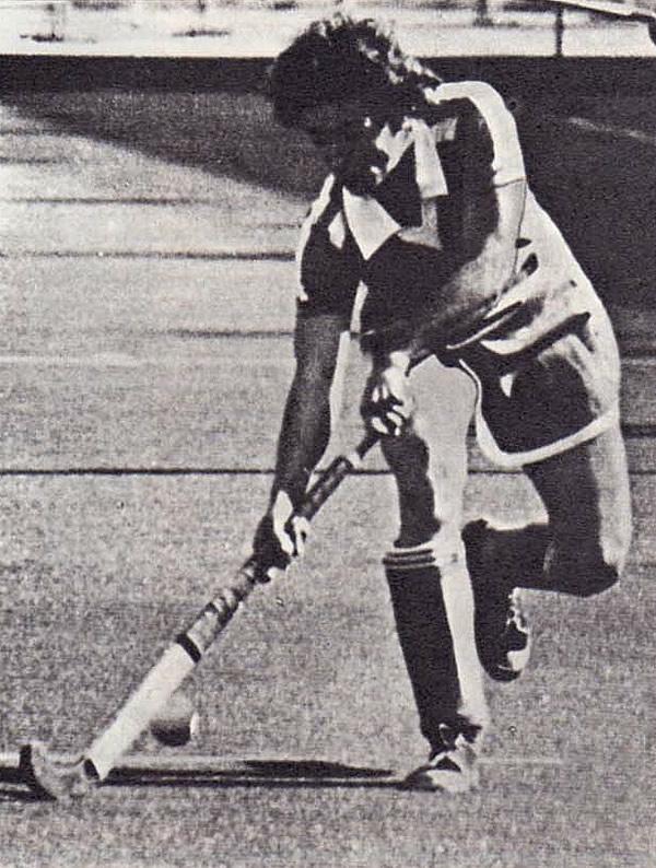 Одна из атак хоккеисток сборной СССР