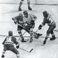 Снимок 3. Сергей Бабинов позади игрока с шайбой