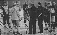 Тренеры и хоккеисты совещаются