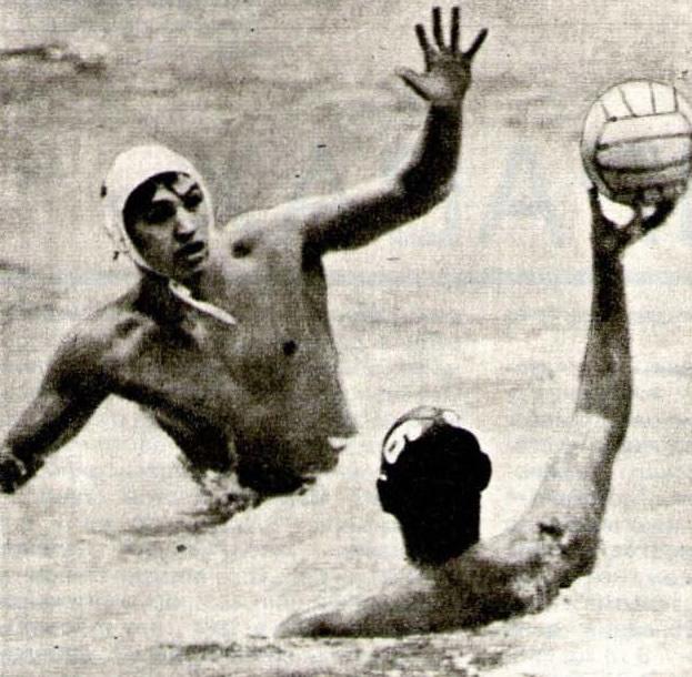 Для перехвата мяча Нурлан Мендыгалиев высоко приподнялся из воды