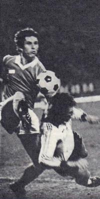 Днепропетровец Петр Кутузов отбил мяч перед торпедовцем Владимиром Кобзевым