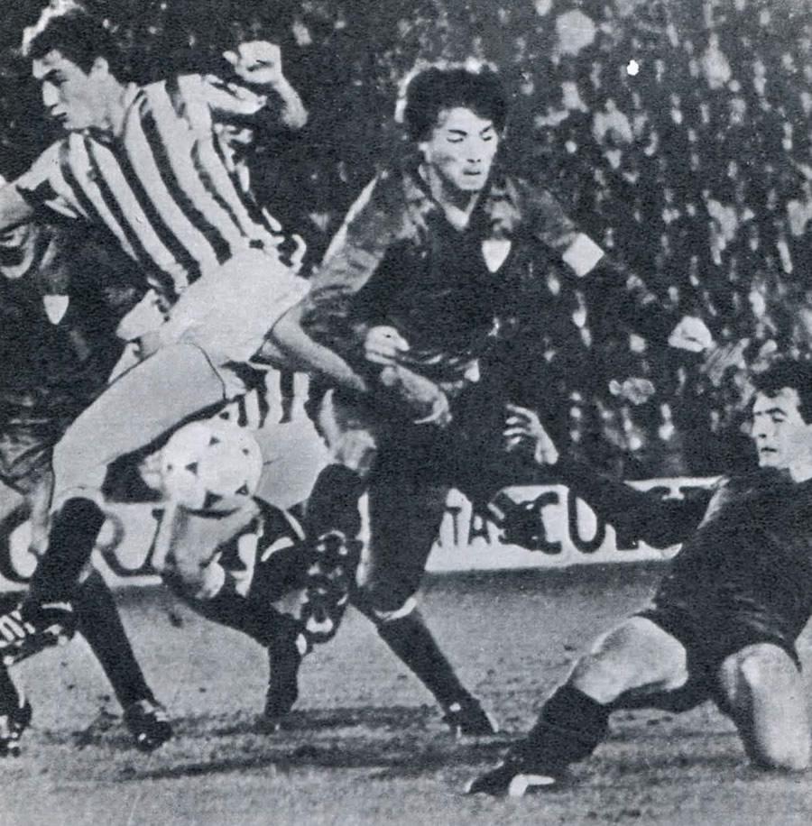 Форвард «Барселоны» Иполито Ринкона атакует ворота «Бетиса» в Севилье