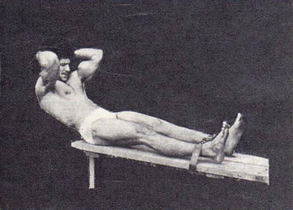 Фото 1. Поднимание туловища из положения лежа лицом вверх