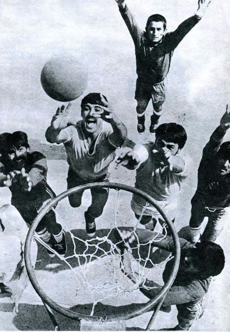 На снимке баскетболисты колхоза