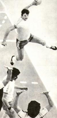 Польский гандболист Ежи Клемпепь активно проводит каждый матч