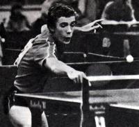 Располагаясь вблизи стола, Андрей Мазунов взвинчивает темп игры