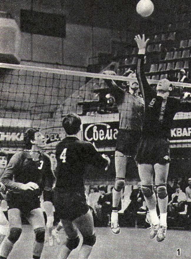 Снимок 1. Мяч подлетает к связующему «Автомобилиста» Вячеславу Зайцеву (8)
