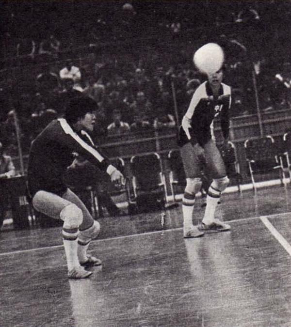 Снимок 2. Лан Пин (она в середине) только что приняла мяч