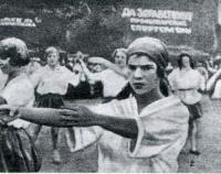 Снимок 2. В городском парке молодые работницы-физкультурницы